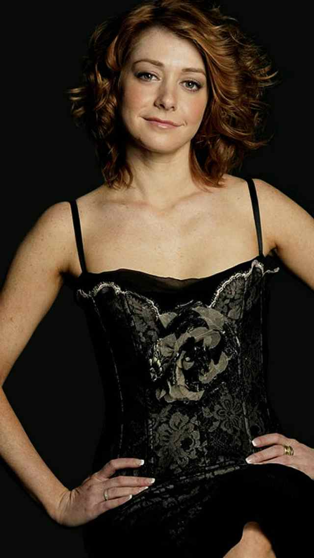 Alyson Hannigan sexy cleavages