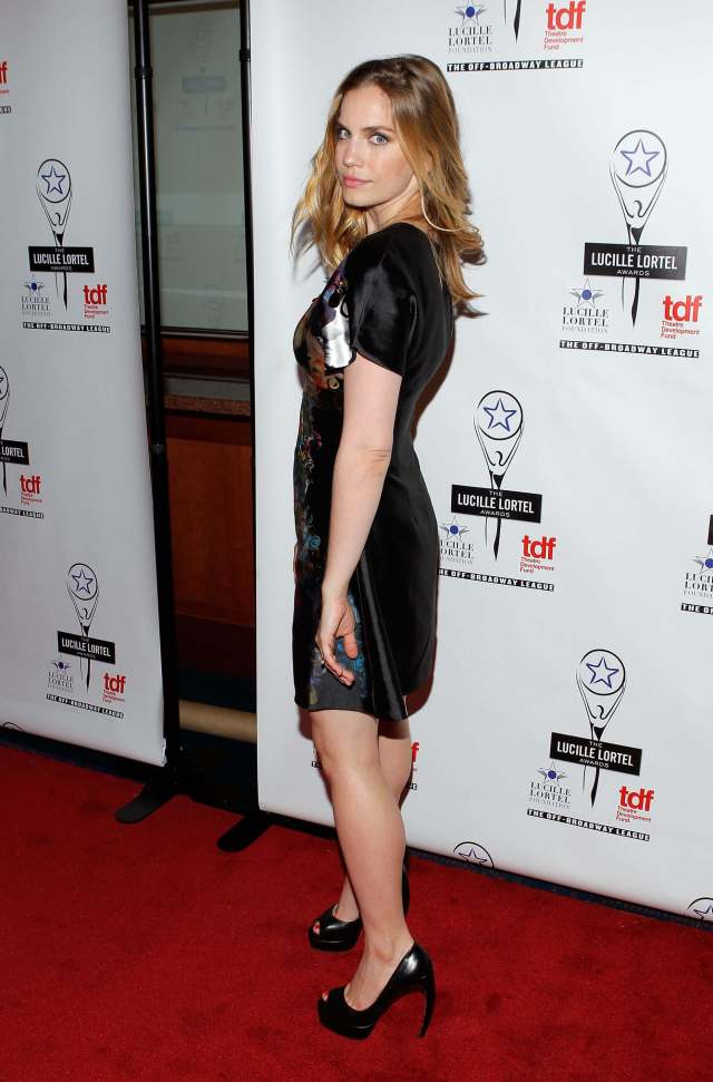 Anna Chlumsky sexy side look