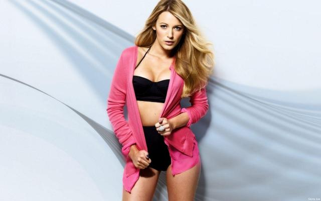 Blake Lively sexy look pic