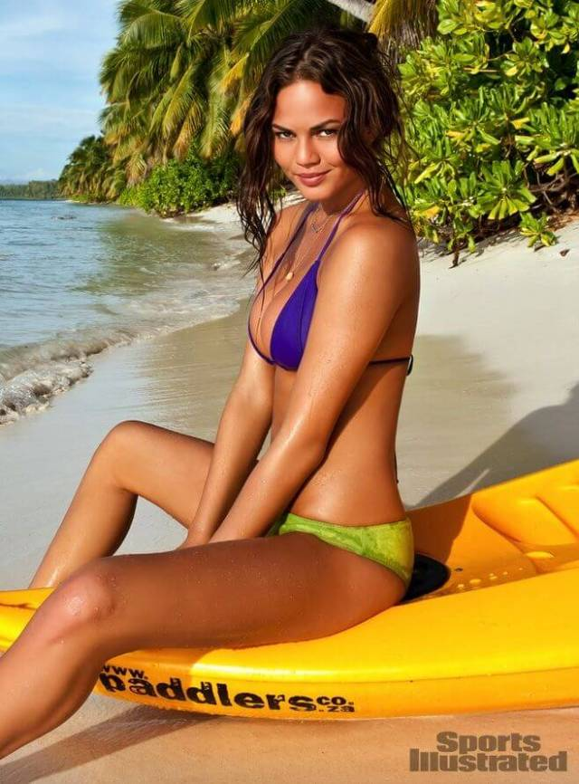 Chrissy-Teigen-on-Beach-2