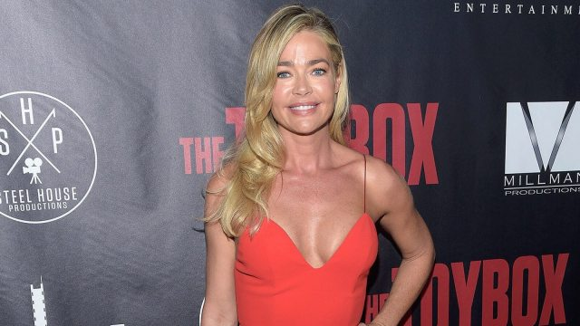 Denise Richards hot cleavage pic