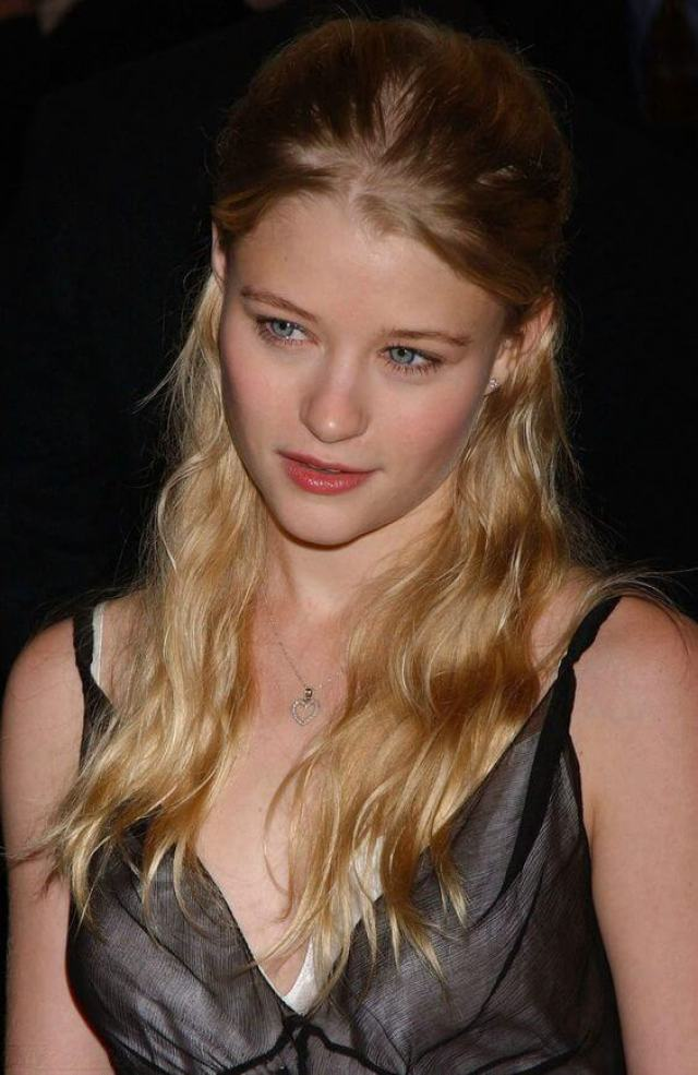 Emilie de Ravin sexy boobs