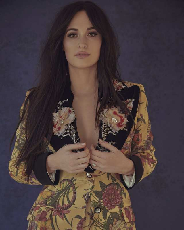 Kacey Musgraves cleavages awesome (2)