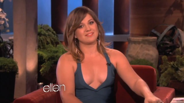 Kelly Clarkson hot clevage