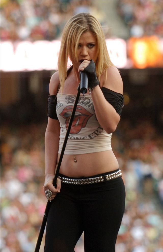 Kelly Clarkson sexy with mic