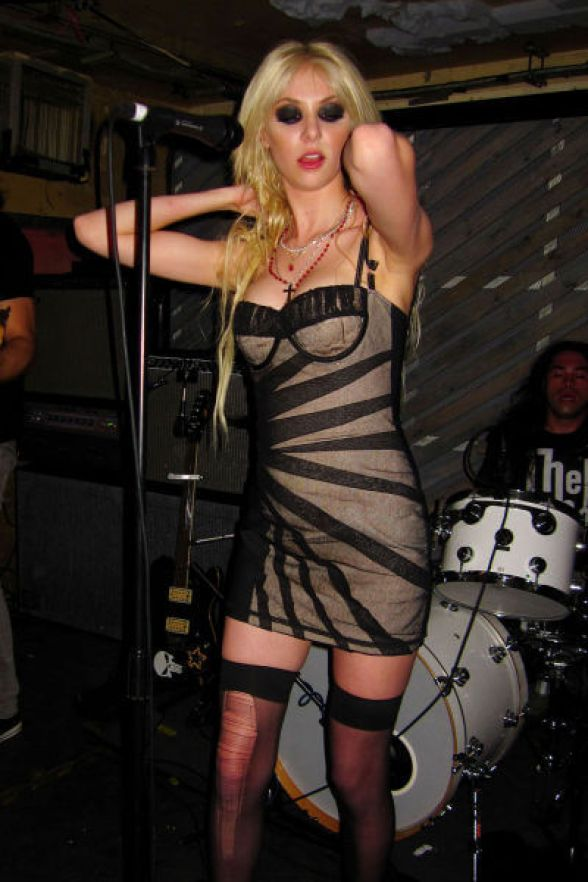 Taylor Momsen hot cleavages pics