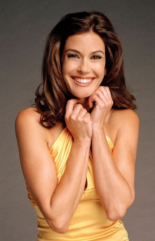 Teri Hatcher hot cleavages picture
