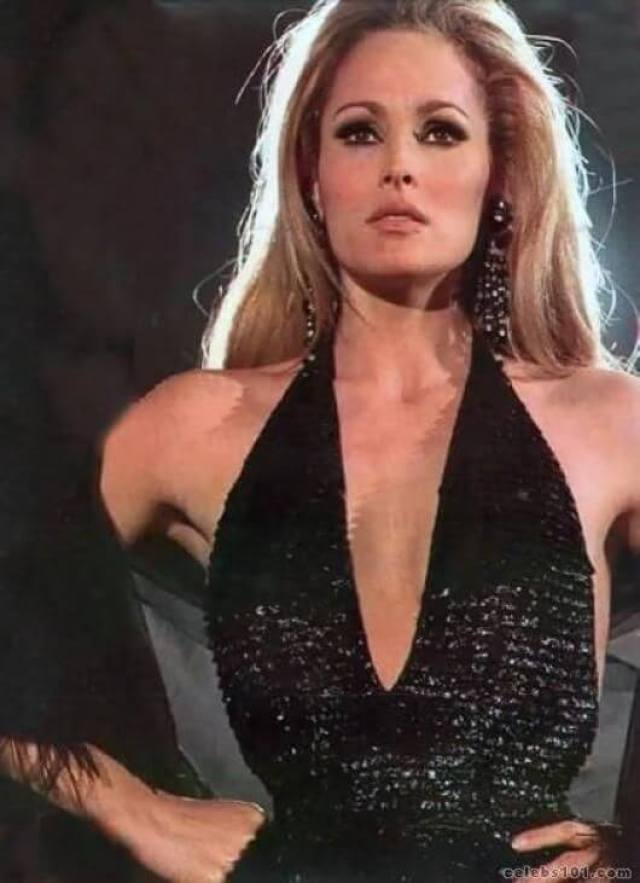 Ursula Andress hot busty pic