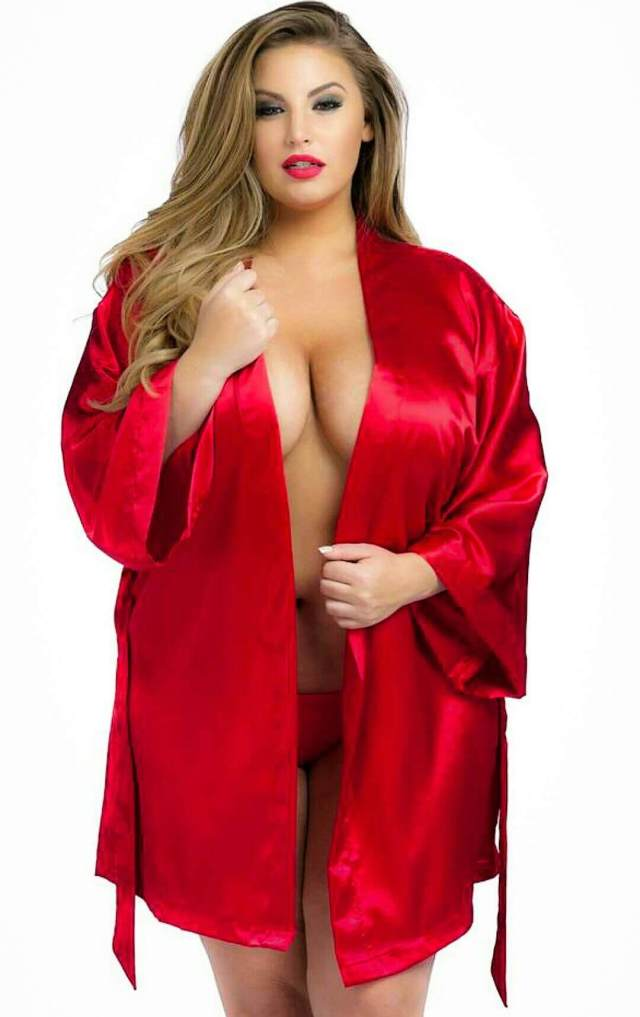 Ashley Alexiss sexy cleavage