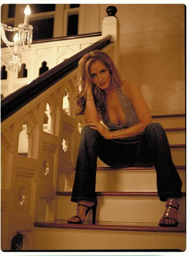 Chely Wright cleavages pics