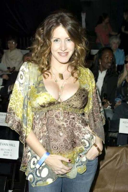 Joely Fisher cleavages sexy pic