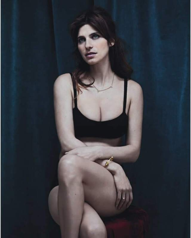 Lake Bell cleavages pics