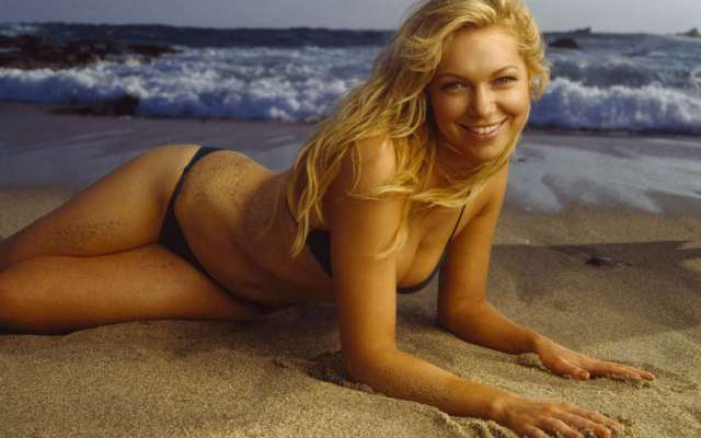 Laura Prepon Sexy Boobs Pictures on Beach