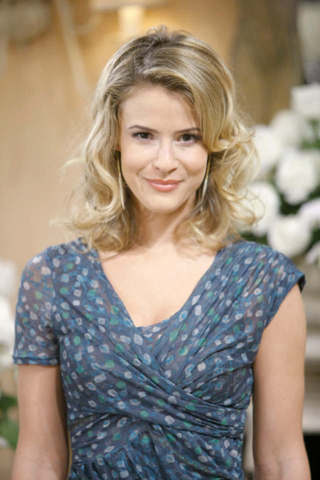 Linsey Godfrey sexy smile pic