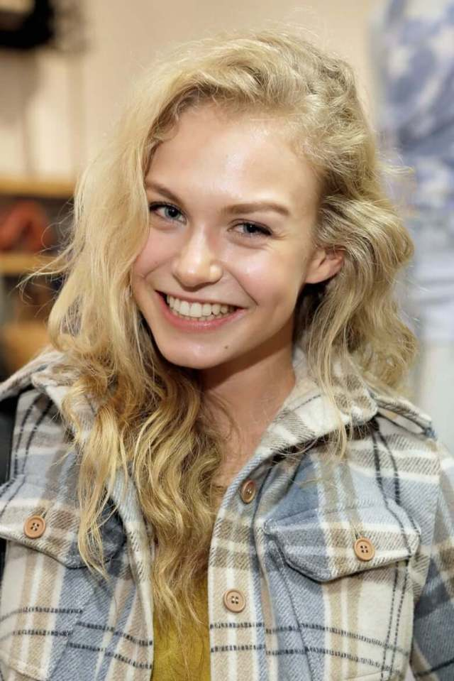 Penelope Mitchell sexy smile pic