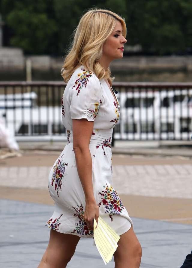 holly Willoughby hot lady pic