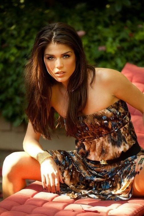 marie avgeropoulos cleavages