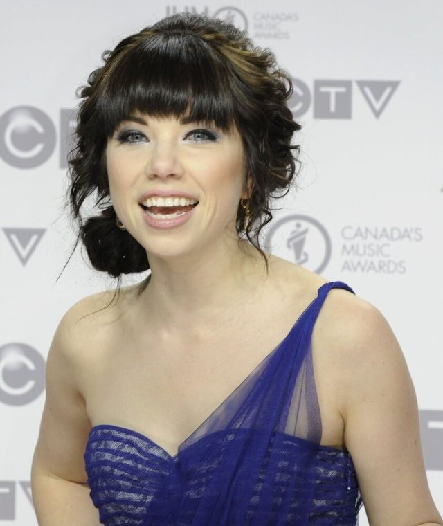 Carly Rae Jepsen sexy cleavage pic