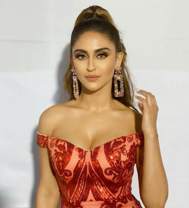 Krystle Dsouza sexy cleavage pics