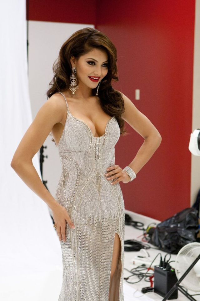 Urvashi Rautela Sexy Boobs Pictures