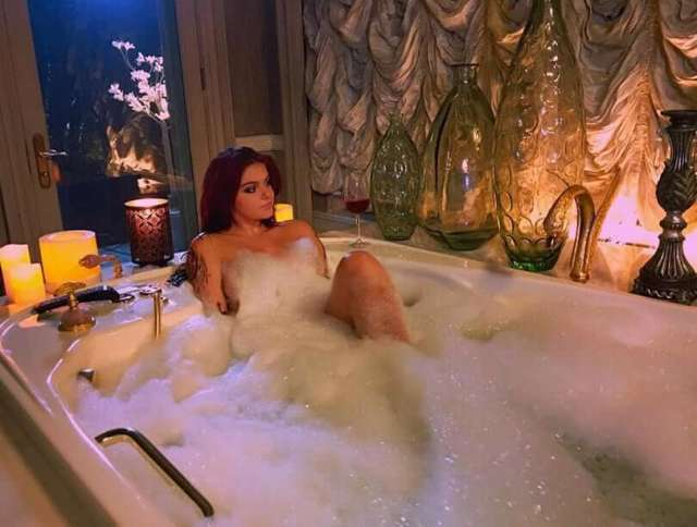 ariel-winter-bathing