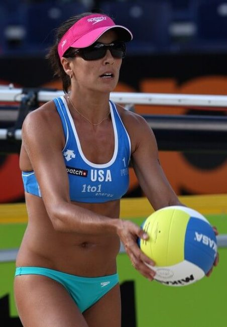 rachel wacholder playing volleyball