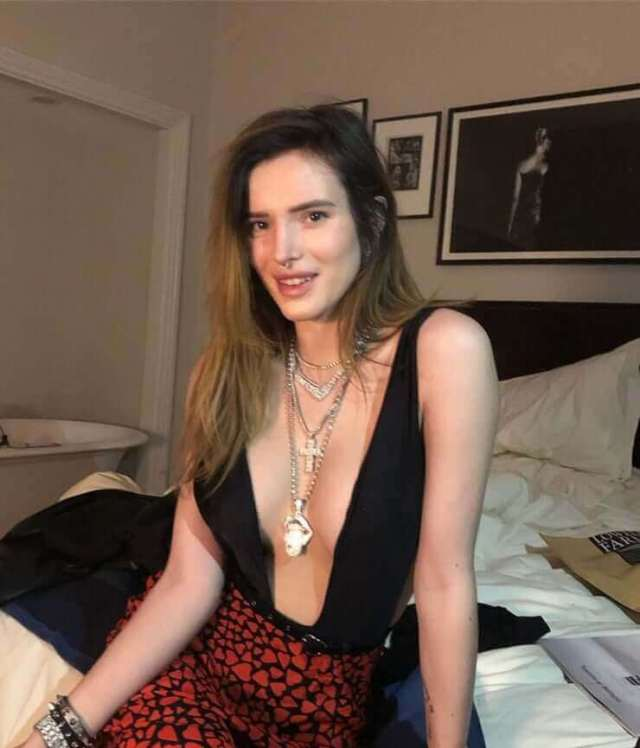 Bella Thorne hot cleavages pic
