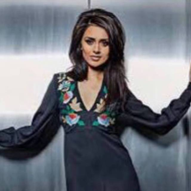 Bhavna Limbachia sexy cleavages pictures