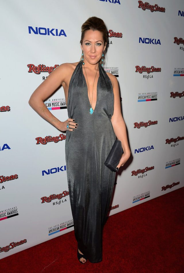 Colbie Caillat hot cleavages (2)