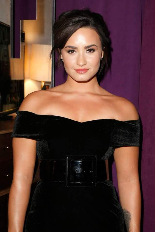 Demi Lovato sexy cleavages (2)