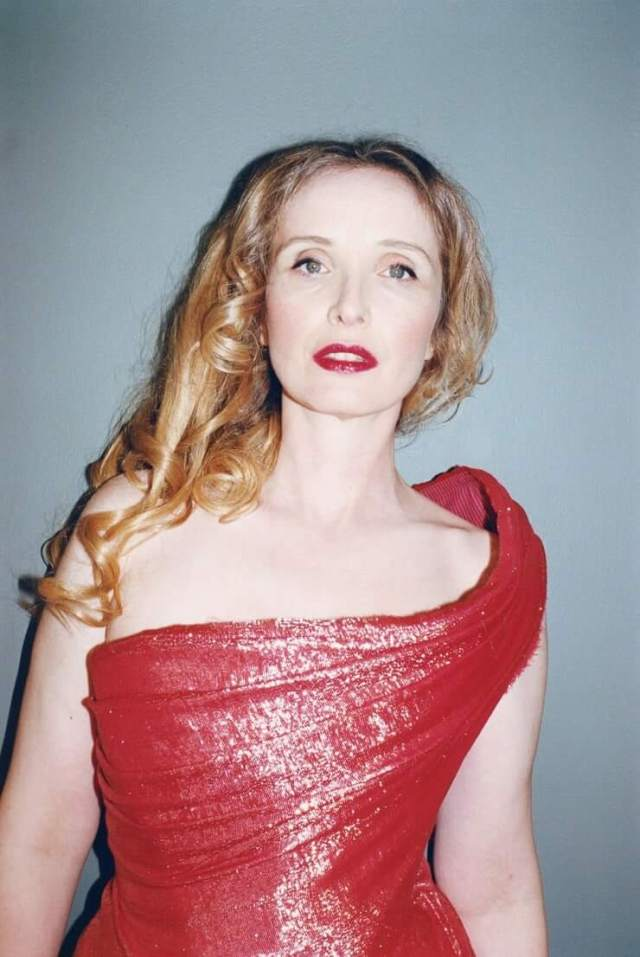 Julie Delpy hot cleavage photos