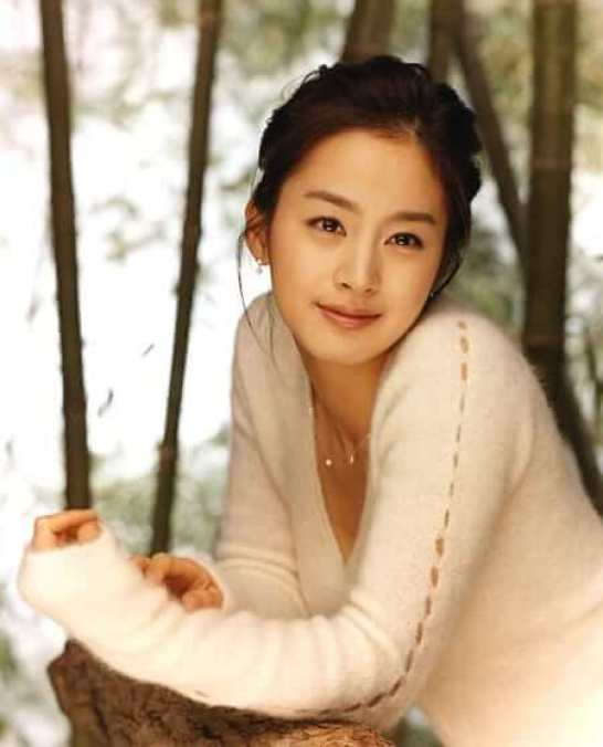 Kim Tae Hee sexy cleavages pics
