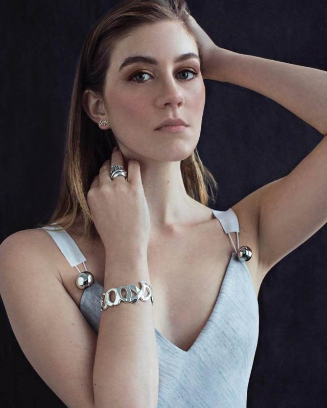 Laura Dreyfuss hot cleavages pictures