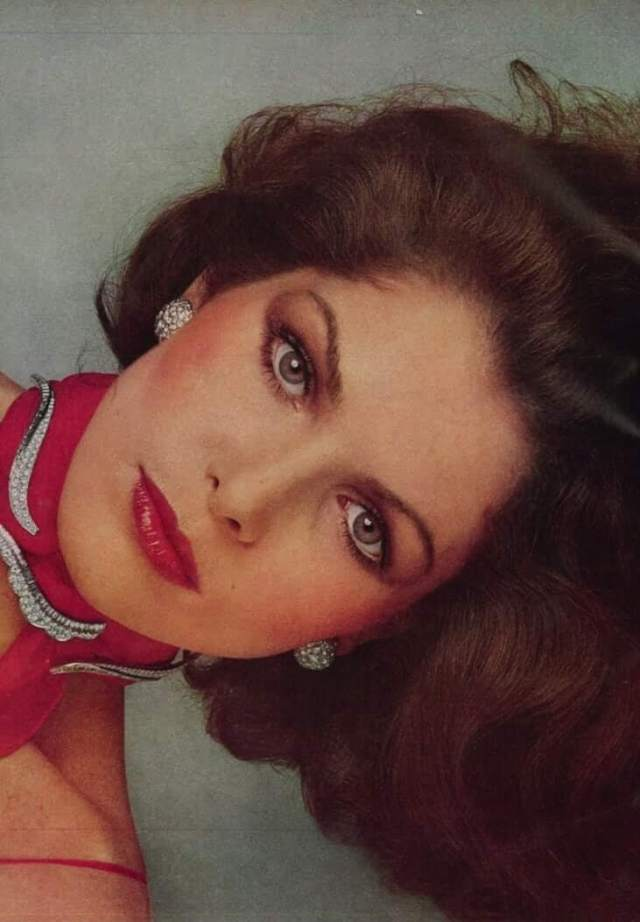 Lois Chiles hot eyes (2)