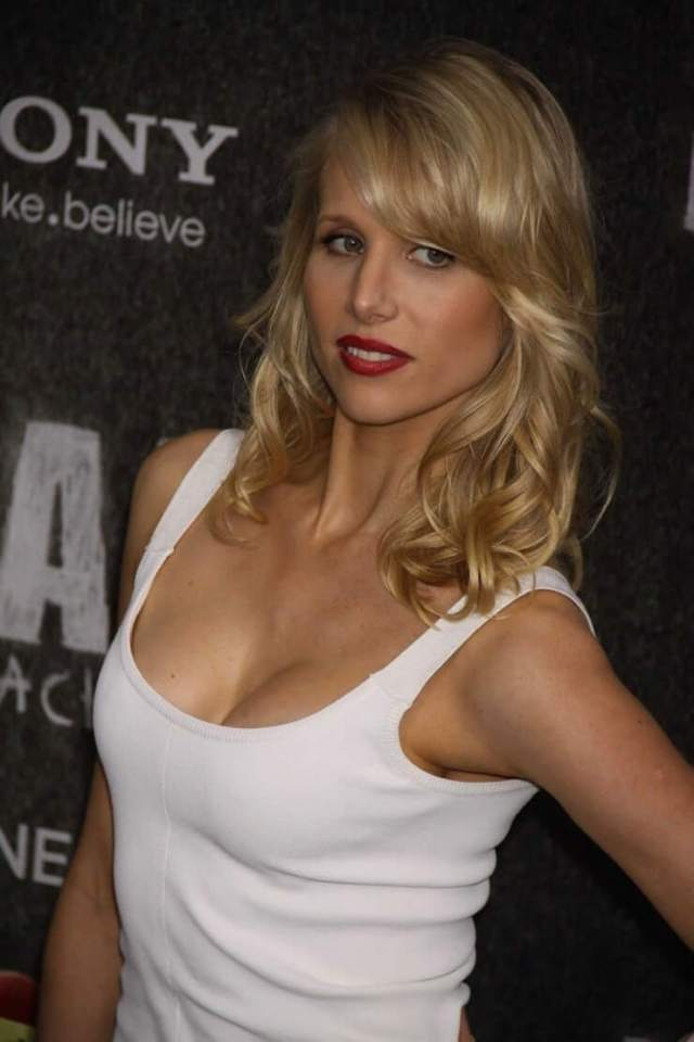 Lucy Punch cleavage