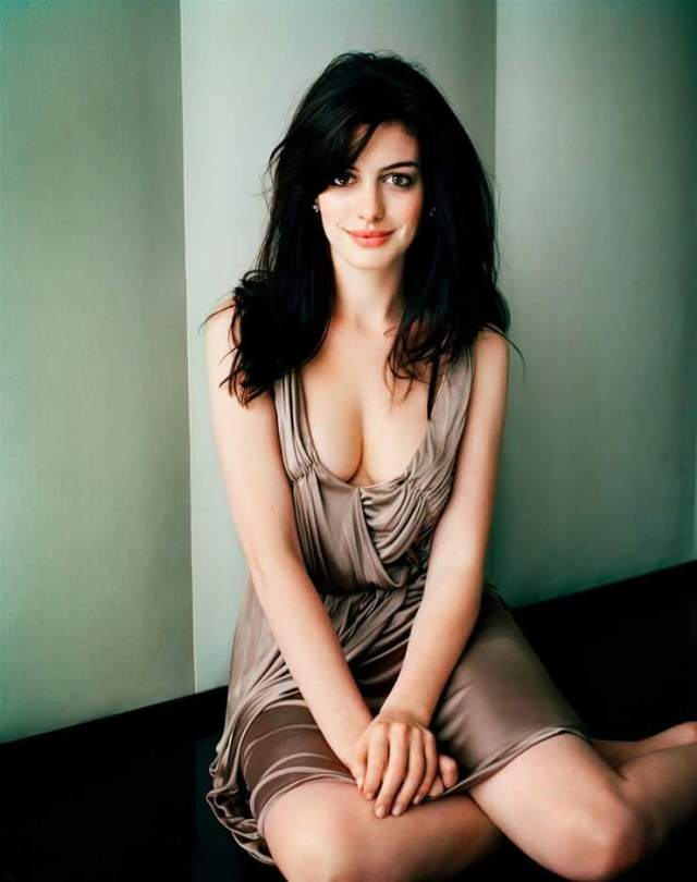 Anne Hathaway sexy busty pic (2)