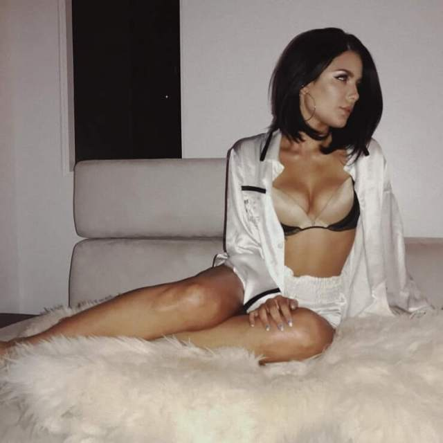 Halsey sexy cleavage pic (2)