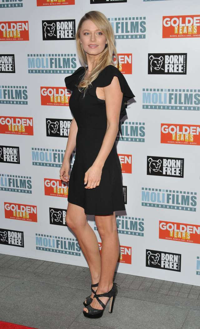 Lily Travers hot side pictures