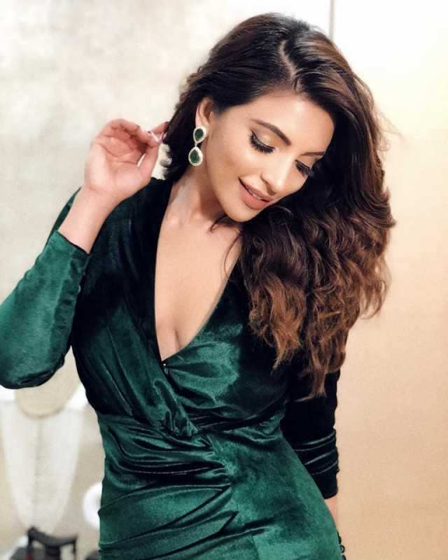 Shama Sikander sexy cleavage picture