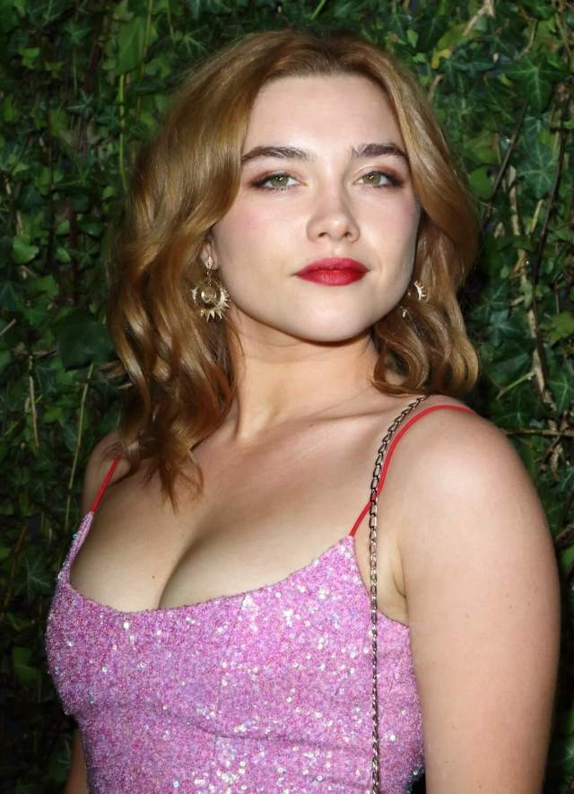 Florence Pugh sexy cleavage pic