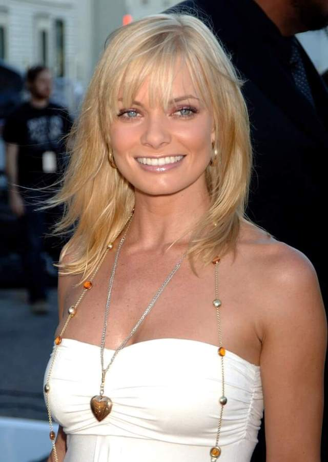 Jaime Pressly sexy cleavage (1)