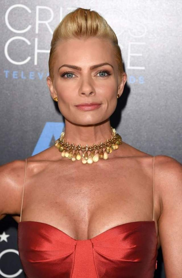 Jaime Pressly sexy cleavage (10)