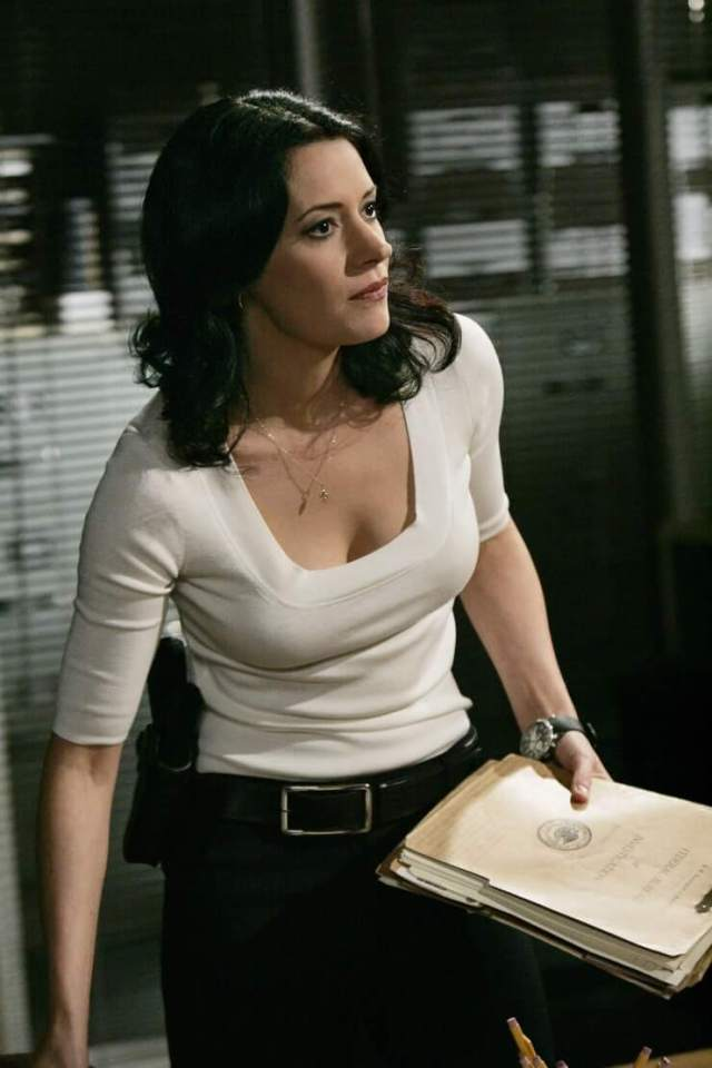Paget Brewster boobs cleavage (1)