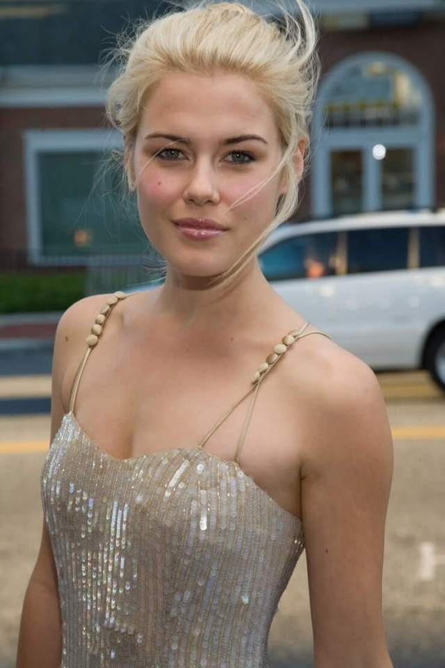 Rachael Taylor hot cleavage picture