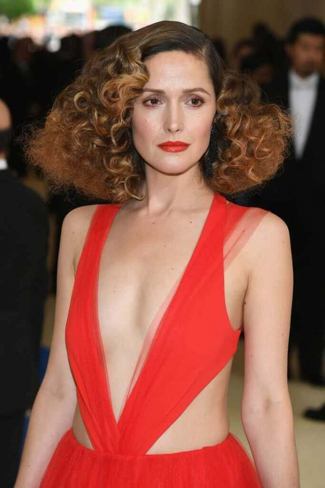 Rose Byrne sexy cleavage pics (2)