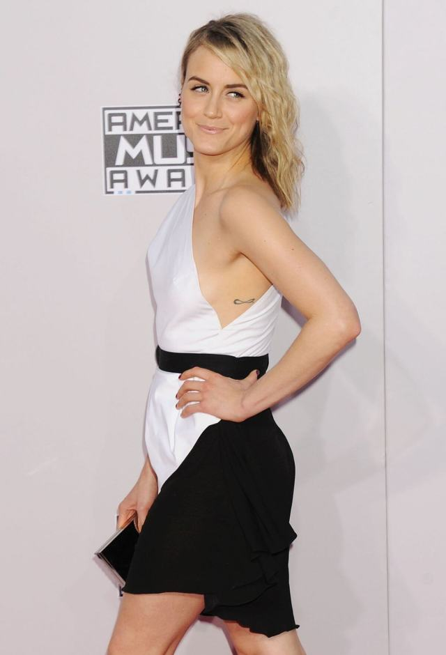 Taylor Schilling pose (1)