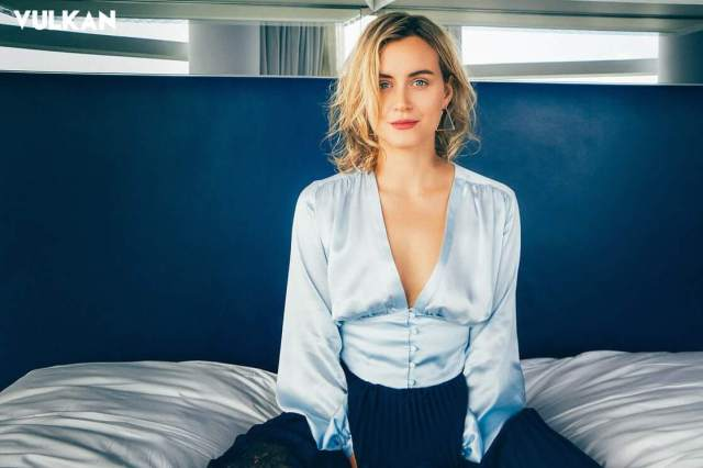 Taylor Schilling sexy images (3)