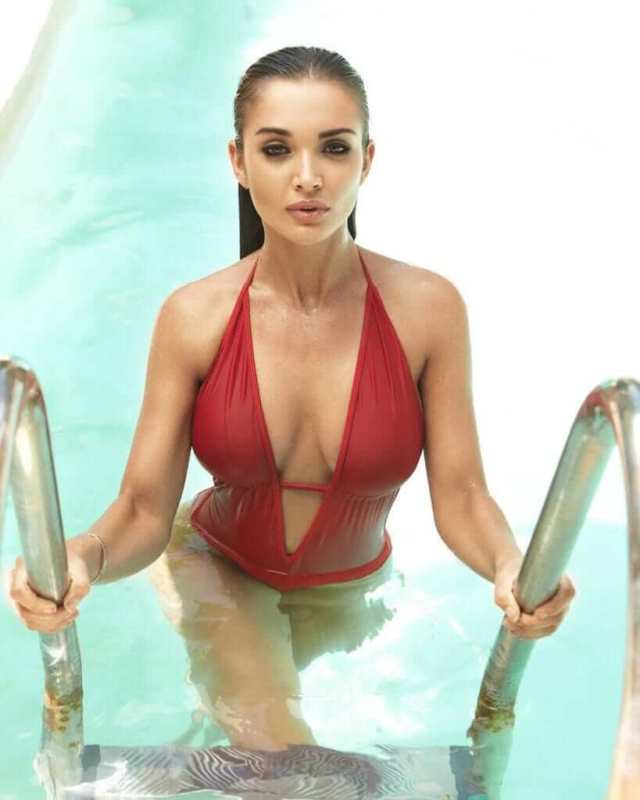 amy jackson sexy cleavage (2)