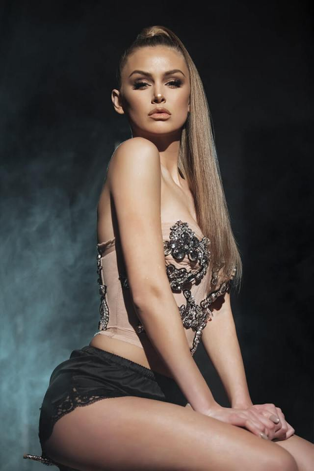 lala kent side look pic