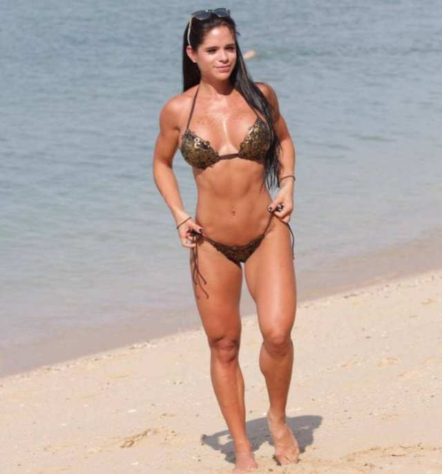 michelle-lewin-cleavage